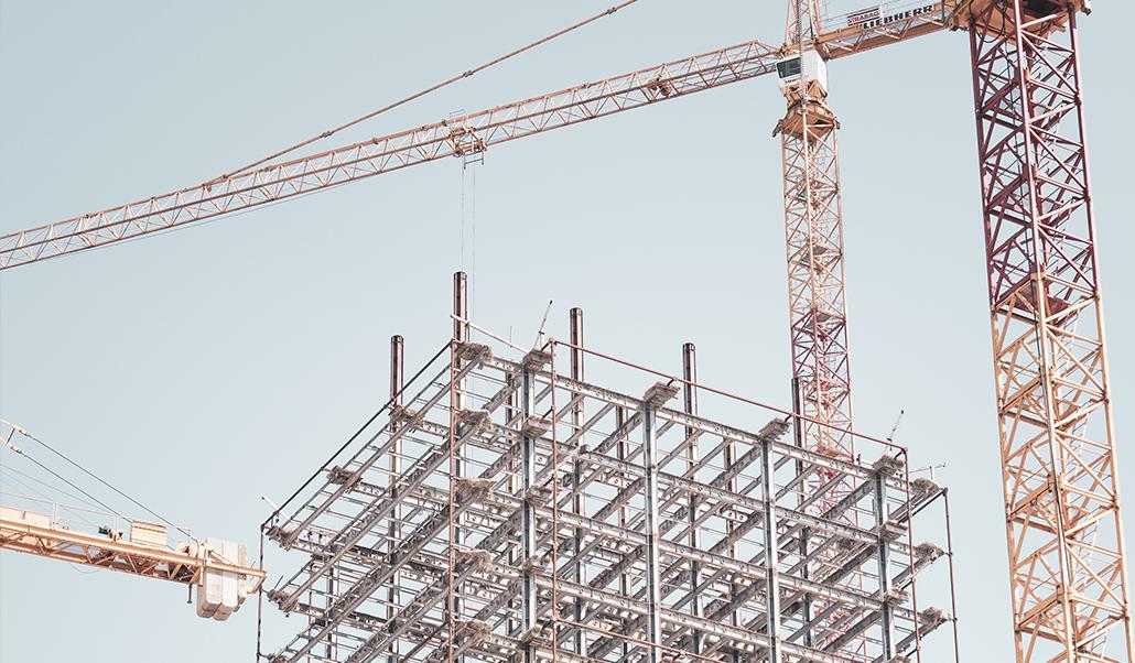 Byggställningar och lyftkranar